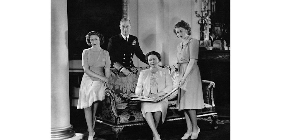 <p>During their royal visit to South Africa, King George VI, Queen Elizabeth, Princesses Margaret Rose, and Elizabeth took a few moments to pose for a family photo. </p>