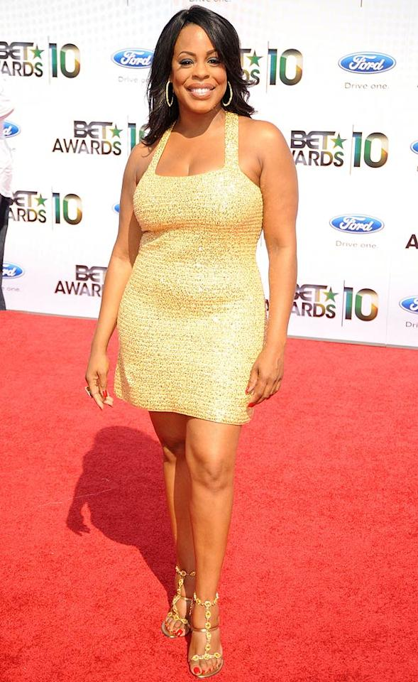 "Niecy Nash worked the red carpet in a golden frock. The ""Reno 911!"" funny lady/""Dancing With the Stars"" alum presented the Video of the Year award to pop stars Beyonce and Lady Gaga for their collaboration, ""Video Phone."" Jeff Kravitz/<a href=""http://www.filmmagic.com/"" target=""new"">FilmMagic.com</a> - June 27, 2010"