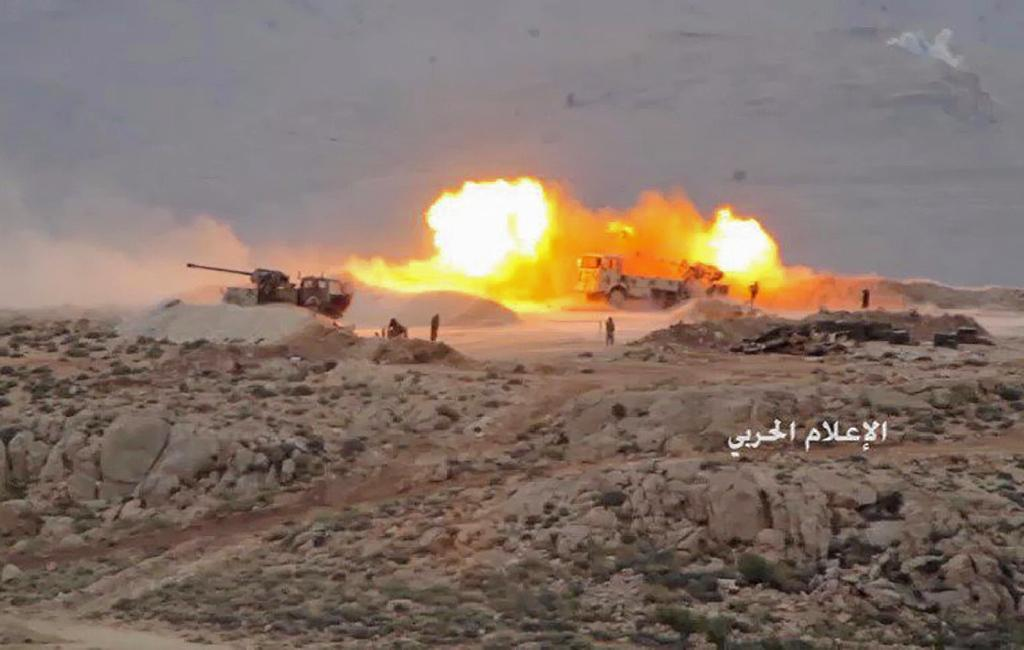 A picture released by Lebanese Shiite militant group Hezbollah on July 21, 2017 shows artillery firing towards a jihadist position in Jurud Arsal, a mountainous region on the border with Syria (AFP Photo/-)