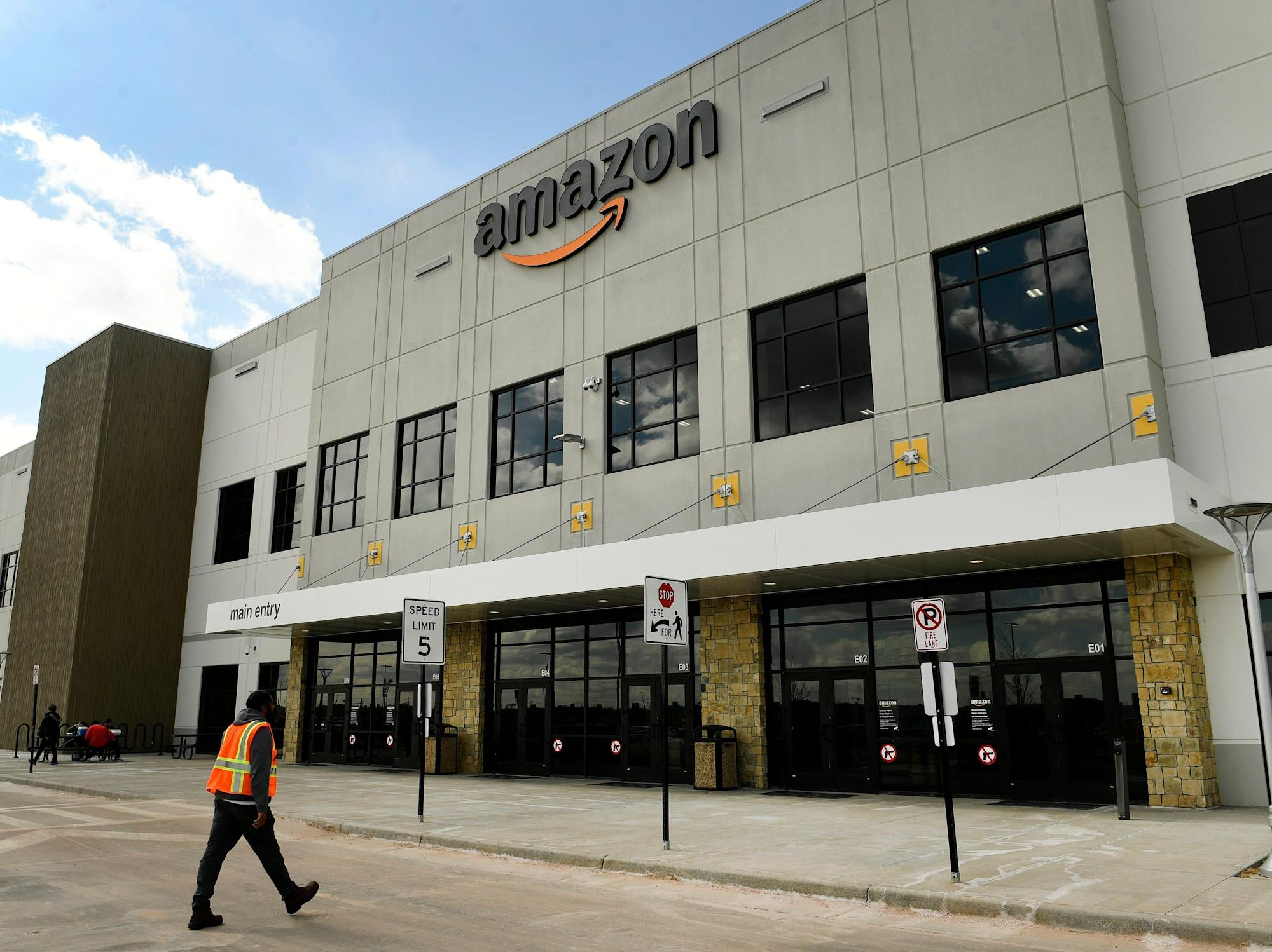 An Amazon worker says she's homeless because she can't afford NYC rent with the $19 she's paid per hour: Report - Yahoo! Voices