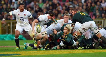 Rugby Union - Third Test International - South Africa v England - Newlands Stadium, Cape Town, South Africa - June 23, 2018. South Africa's Faf de Klerk passes during their game against England. REUTERS/Mike Hutchings