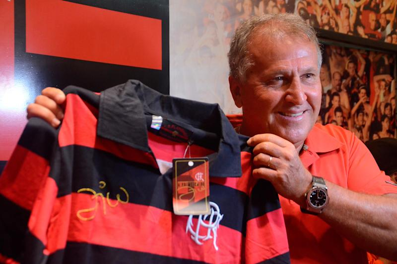 Zico com uniforme retrô do Flamengo (Delmiro Junior/Futura Press)