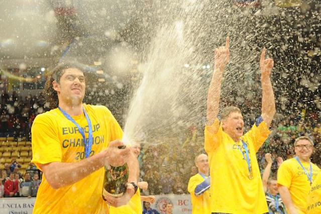 BC Khimki's Kresimir Loncar (L) and team mates celebrate after winning the Eurocup final basketball match between BC Khimki and Valencia in Khimki, outside Moscow on April 15, 2012. BC Khimki won 77-68. AFP PHOTO / KIRILL KUDRYAVTSEV