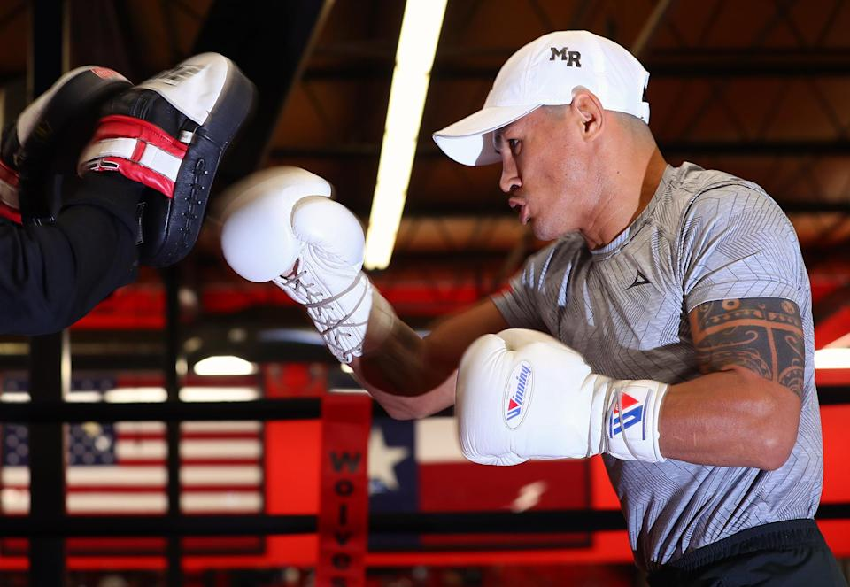 """""""Mickey"""" Román (60-12, 47 KOs) works out in front of media on Oct. 30. (Photo courtesy Top Rank)"""