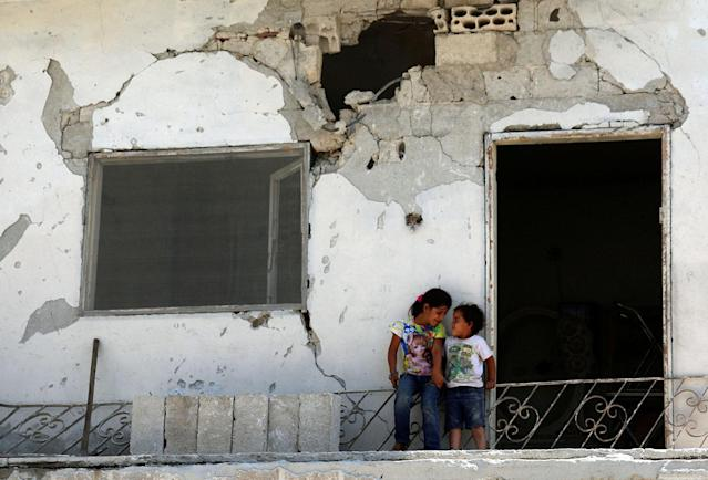 <p>Children are seen at a damaged house in the rebel-held area in Deraa, Syria July 26, 2017. (Photo: Alaa al-Faqir/Reuters) </p>