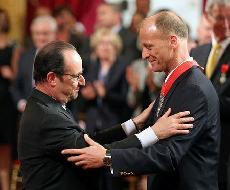 FILE PHOTO: French President Francois Hollande, left, awards German businessman Thomas Enders, chief executive of Airbus Group, with the medal of Commander of the Legion of Honor, during a ceremony at the Elysee Palace in Paris, Tuesday April 14, 2015. REUTERS/Remy de la Mauviniere/Pool/File Photo