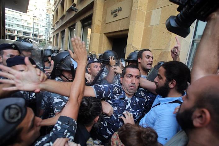 Lebanese activists clash with riot police outside the environment ministry in downtown Beirut on September 1, 2015 as Lebanese police started forcefully evacuating protesters who had occupied part of the building in a surprise sit-in (AFP Photo/)