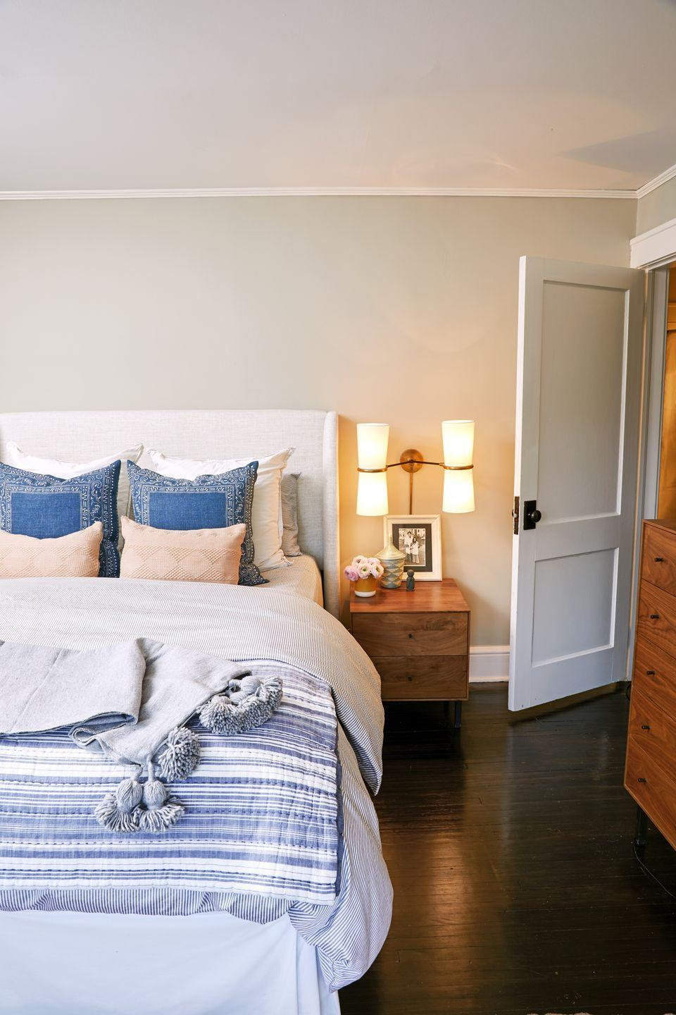 <p>Make beige walls looks less <em>blah</em>. Fresh linens, throw pillows, and a tasseled blanket upgrade an otherwise neutral backdrop. </p>