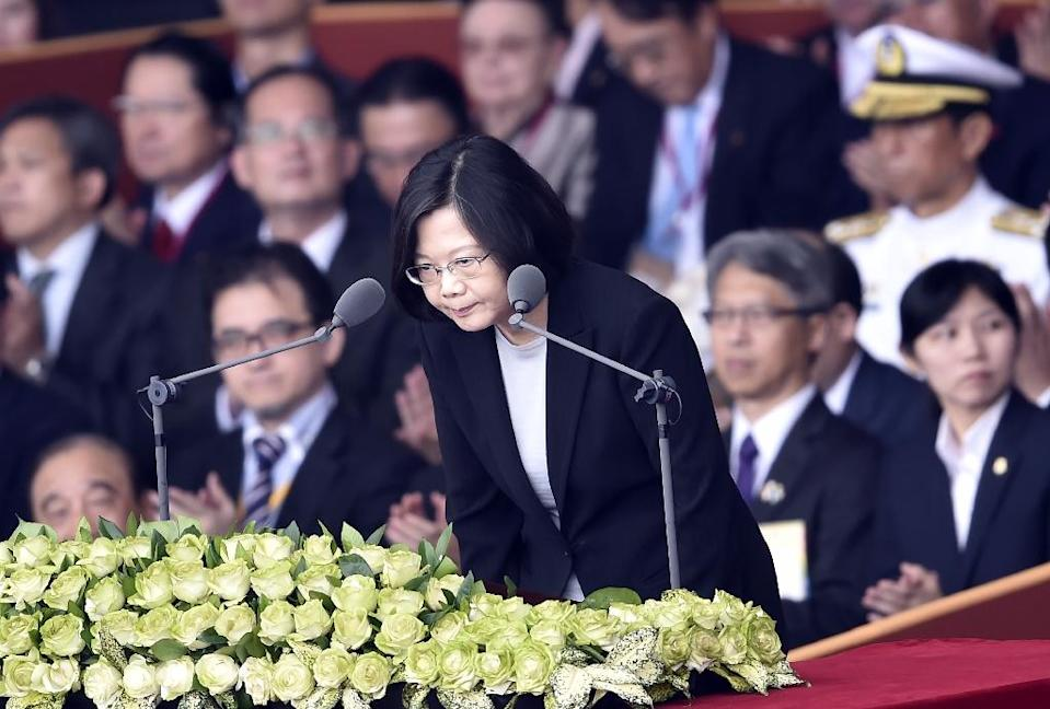 Taiwan President Tsai Ing-wen (C) bows before her speech during National Day celebrations in front of the Presidential Palace in Taipei on October 10, 2016 (AFP Photo/SAM YEH)