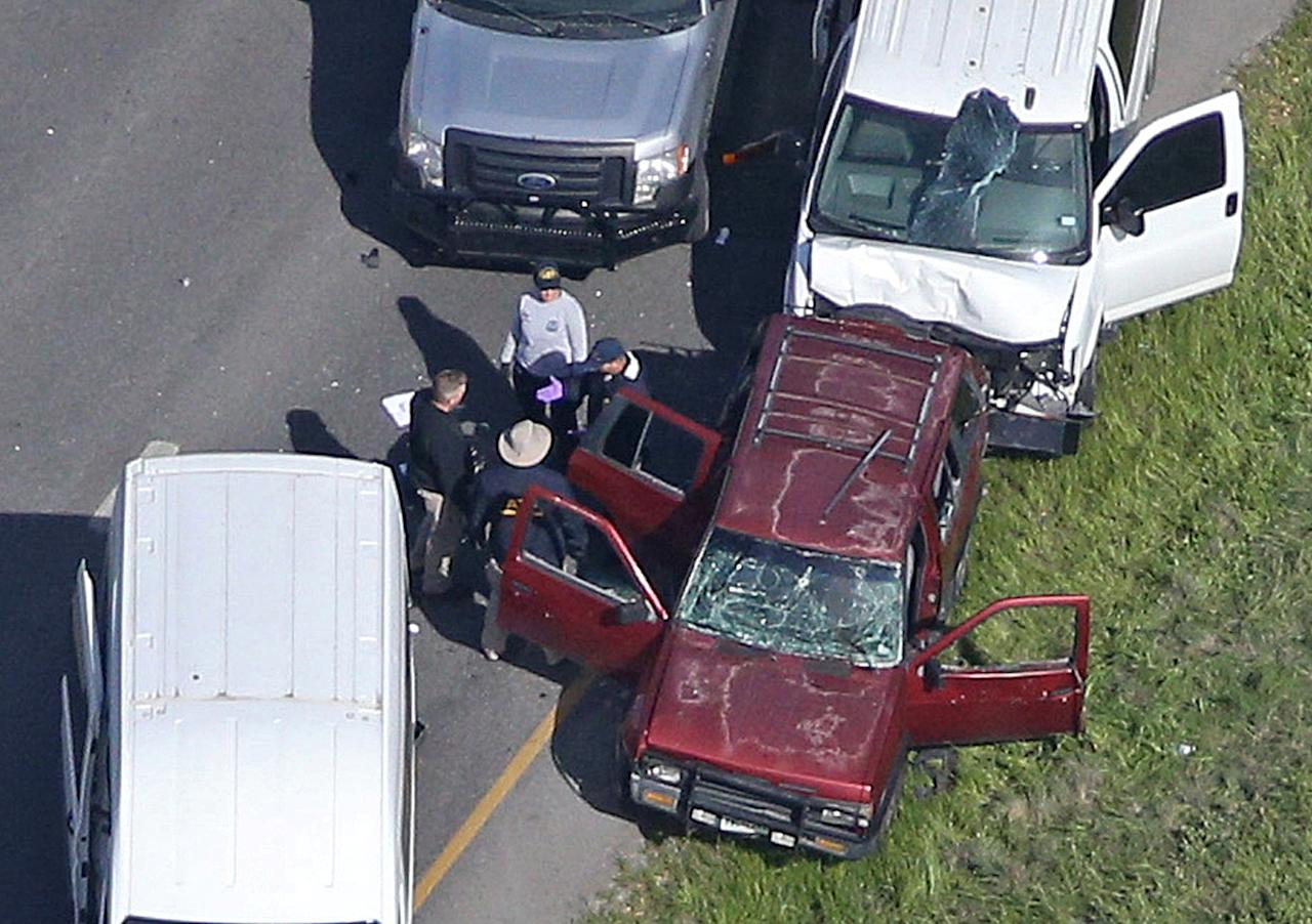 <p>Law enforcement personnel investigate the scene where the Texas bombing suspect blew himself up on the side of a highway north of Austin in Round Rock, Texas, March 21, 2018. (Photo: Loren Elliott/Reuters) </p>
