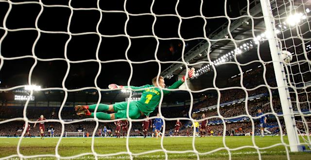 Soccer Football - Champions League Round of 16 First Leg - Chelsea vs FC Barcelona - Stamford Bridge, London, Britain - February 20, 2018 Chelsea's Willian shoots at goal and hits the post Action Images via Reuters/Andrew Boyers