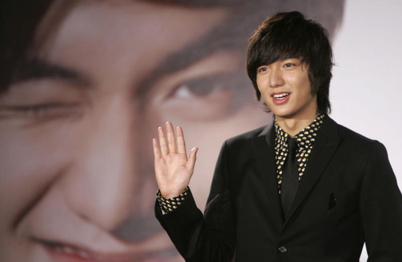 """In this Dec. 14, 2009 photo, South Korean actor Lee Min-ho poses for media in Taipei, Taiwan.  Lee, who shot to fame in Asia for his role in the 2009 hit television drama """"Boys Over Flowers,"""" has received a rousing welcome from Filipino fans in Manila. (AP Photo/Wally Santana)"""