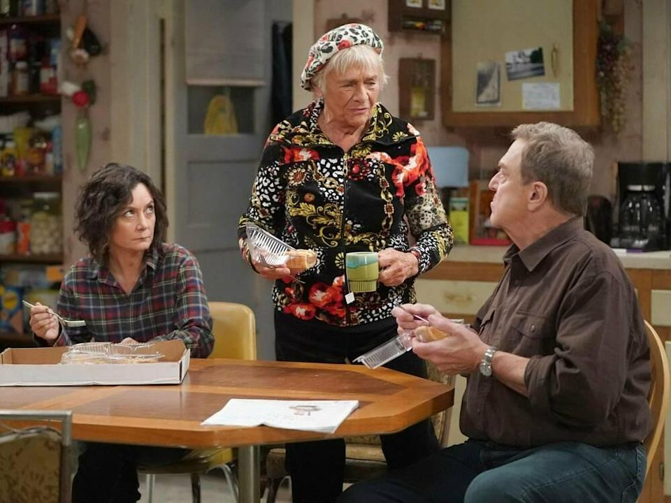 """Die Conners"" (v.r.): Daniel ""Dan"" Conner (John Goodman), Beverly Harris (Estelle Parsons) und Darlene Conner-Healy (Sara Gilbert) (Bild: imago images/Everett Collection)"