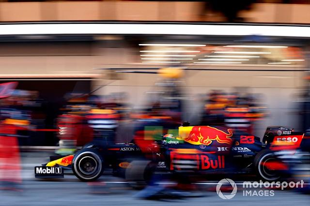 """Alex Albon, Red Bull Racing RB16 durante un pit stop <span class=""""copyright"""">Andrew Hone / Motorsport Images</span>"""