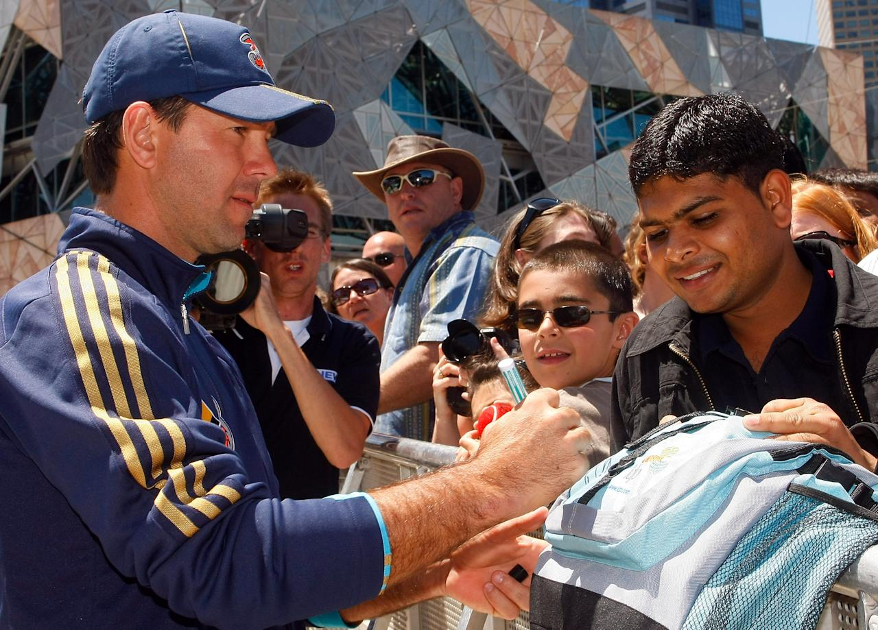 MELBOURNE, AUSTRALIA - DECEMBER 23: Ricky Ponting signs autographs as the Australian cricket team make a public appearance at Federation Square on December 23,2008 in Melbourne, Australia (Photo by Lucas Dawson/Getty Images)
