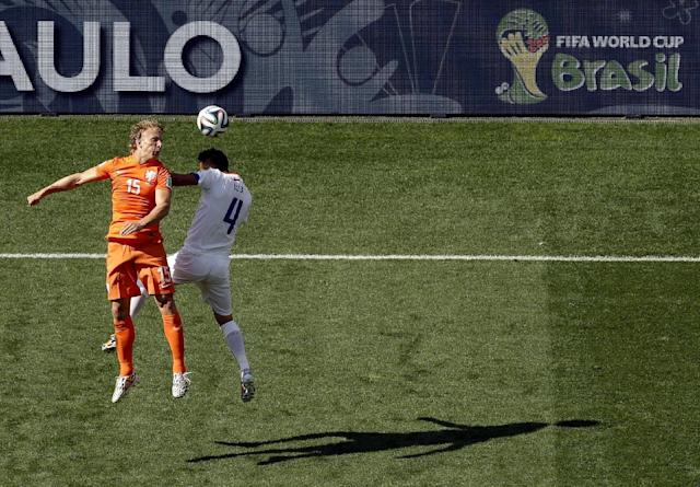 Netherlands' Dirk Kuyt (15) and Chile's Mauricio Isla (4) challenge for the ball during the group B World Cup soccer match between the Netherlands and Chile at the Itaquerao Stadium in Sao Paulo, Brazil, Monday, June 23, 2014. (AP Photo/Thanassis Stavrakis)