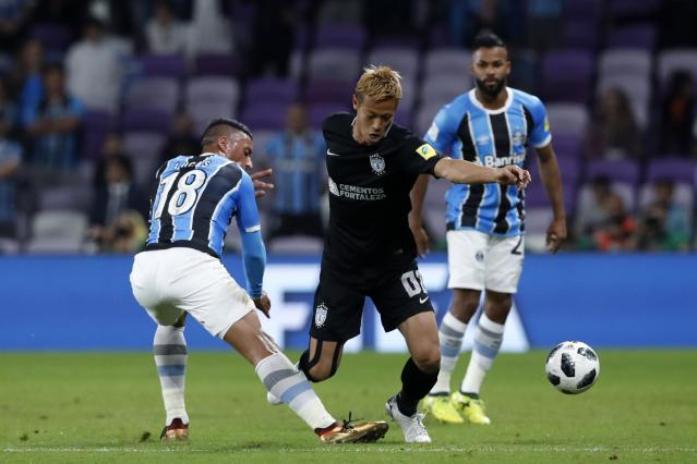 Mexico's Pachuca Keisuke Honda, right, and Brazil's Gremio Lucas Barrios fight for the ball during the Club World Cup semifinal soccer match between Gremio and Pachuca at the Hazza Bin Zayed stadium in Al Ain, United Arab Emirates, Tuesday, Dec. 12, 2017. (AP Photo/Hassan Ammar)
