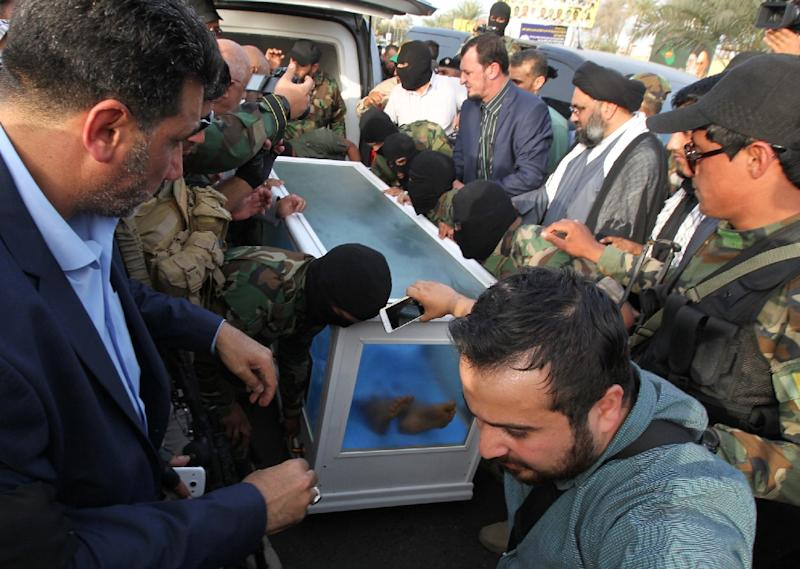A container with the body of a man who is believed to be Saddam Hussein's long-fugitive deputy Izzat al-Duri is handed over to Iraqi authorities in Baghdad, on April 20, 2015 (AFP Photo/Sabah Arar)
