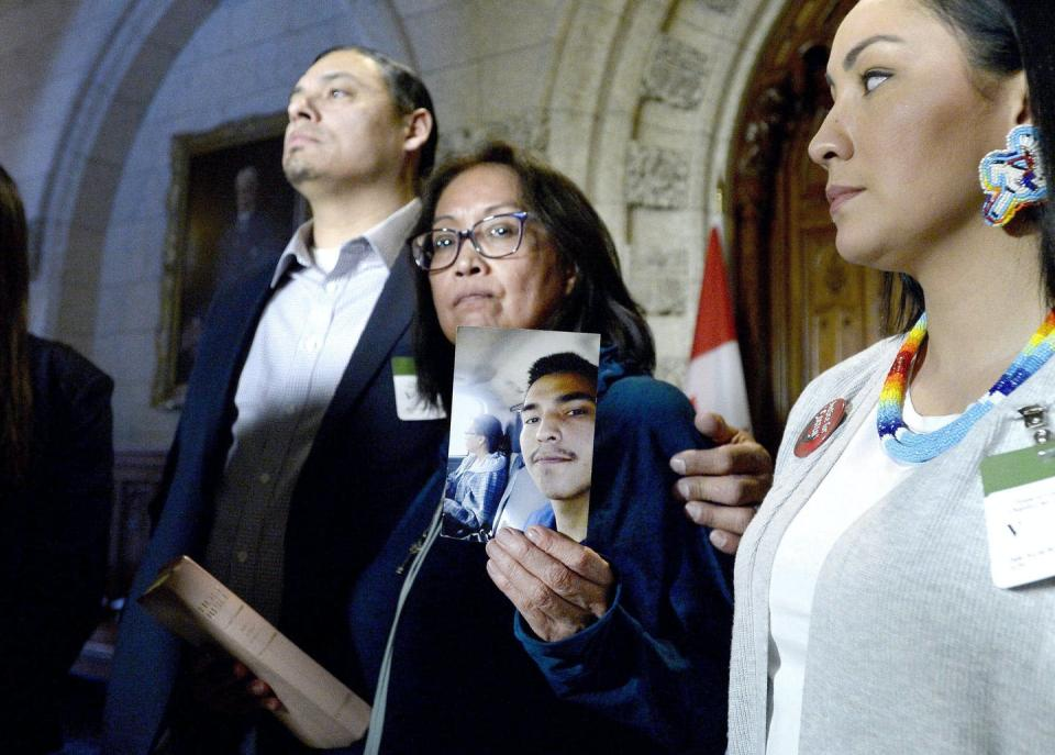 "<span class=""caption"">Debbie Baptiste holds up a photo of her son Colten Boushie after a day of meetings on Parliament Hill, in Ottawa on Feb. 13, 2018.</span> <span class=""attribution""><span class=""source"">THE CANADIAN PRESS/Justin Tang</span></span>"