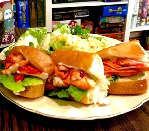 The lobster roll platter at Le Moque-Tortue has been priced at $19 for the past two years.  (Submitted/Sébastien Després - image credit)