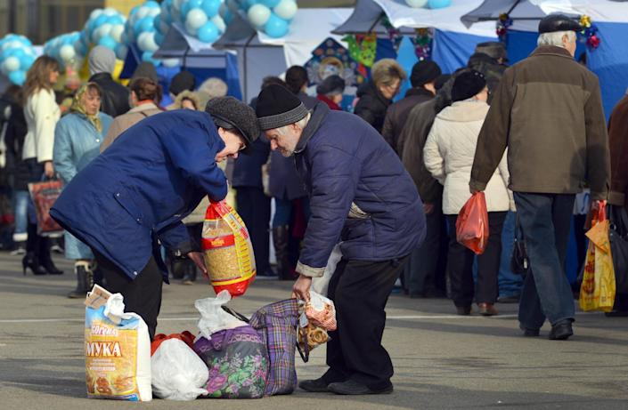 People buy foodstuff at a marketpalce in Russian southern city of Stavropol, on December 19, 2014 (AFP Photo/Danil Semyonov)