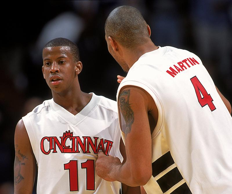 Cincinnati's Kenny Satterfield (L) listens to Kenyon Martin during a game against the UNC Tar Heels. (Credit: Jonathan Daniel/Allsport)