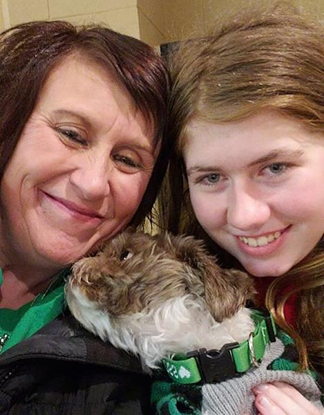 This photo provided by Jennifer Smith shows 13-year-old Jayme Closs (R), her aunt/godmother Jennifer Naiberg Smith (L) and Molly the dog posing together after being reunited on January 11, 2019 (AFP Photo/FAMILY HANDOUT)