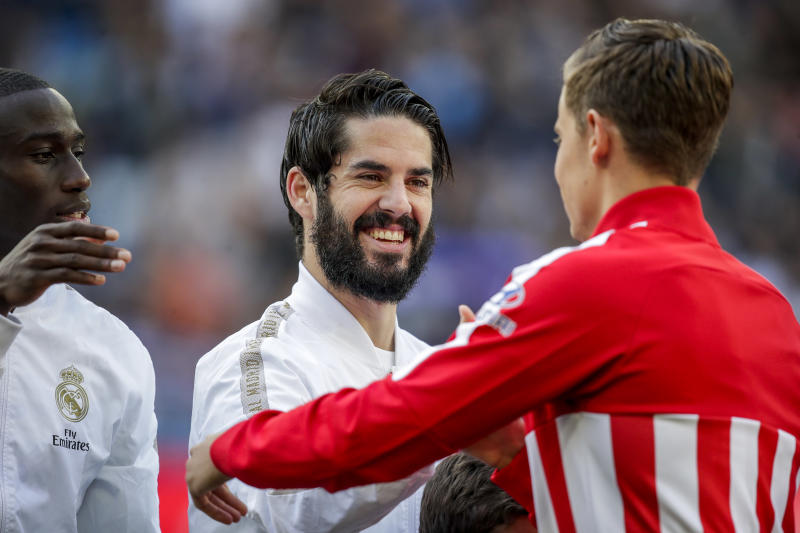 MADRID, SPAIN - FEBRUARY 1: (L-R) Isco of Real Madrid, Marcos Llorente of Atletico Madrid during the La Liga Santander match between Real Madrid v Atletico Madrid at the Santiago Bernabeu on February 1, 2020 in Madrid Spain (Photo by David S. Bustamante/Soccrates/Getty Images)