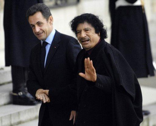 Nicolas Sarkozy (L) welcomes Moamer Kadhafi at the Elysee Palace in 2007