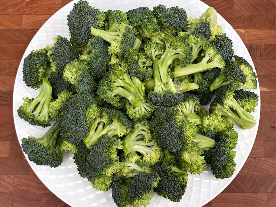 <p>6 2/3 cups of broccoli florets or about 2 medium crowns</p>