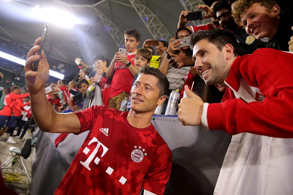 CARSON, CALIFORNIA - JULY 17: Robert Lewandowski of Bayern Muenchen takes selfies after the 2019 International Champions Cup match between Arsenal London and FC Bayern Muenchen at Dignity Health Sports Park on July 17, 2019 in Carson, California. (Photo by Alexander Hassenstein/Bongarts/Getty Images)