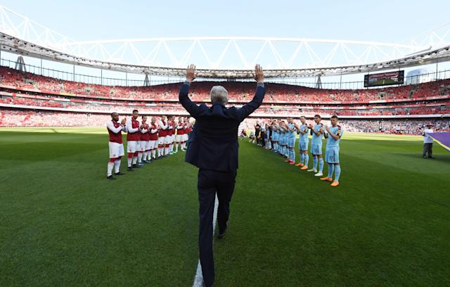 Arsenal manager Arsene Wenger walks out onto the Emirates pitch one final time, and is greeted by a guard of honor. (Getty)