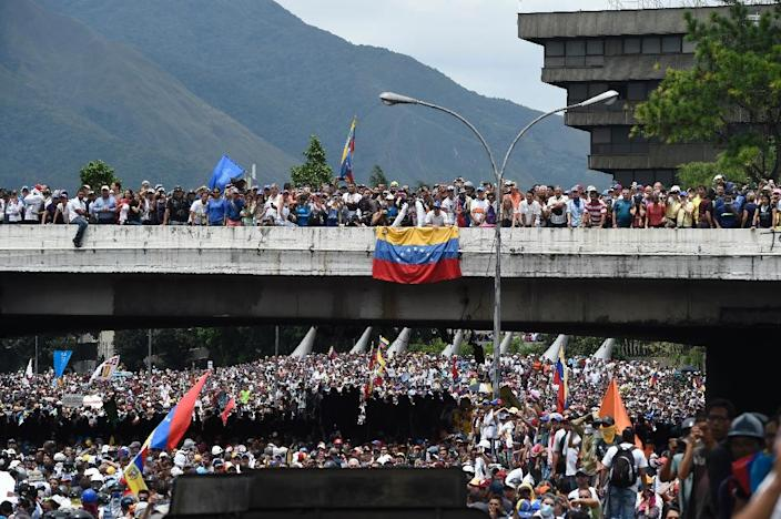 Demonstrators clash with riot police as they march along a major highway of Caracas during a protest against Venezuelan President Nicolas Maduro, on May 3, 2017 (AFP Photo/JUAN BARRETO )