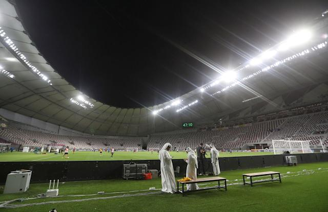 <p>A men stand as players attend a training session at the Khalifa International Stadium in Doha, Qatar, May 18, 2017. Picture taken May 18, 2017. (Photo: Ibraheem Al Omari/Reuters) </p>