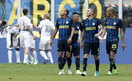 Football Soccer - Inter Milan v AC Milan - Italian Serie A - San Siro Stadium, Milan, Italy - 15/04/17  Inter Milan's players reacts after AC Milan's Cristian Zapata scored second goal. REUTERS/Alessandro Garofalo