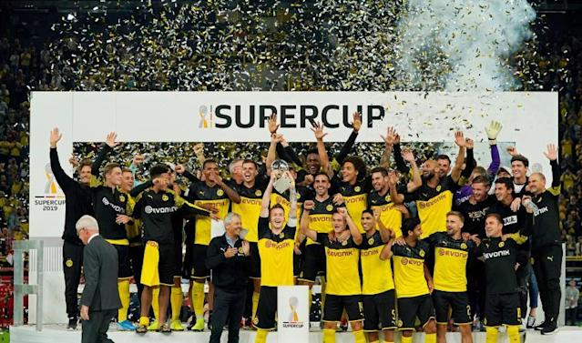 Dortmund players celebrate with the trophy after winning the German Supercup soccer match between Borussia Dortmund and Bayern Munich in Dortmund, Germany, 03 August 2019. (Alemania, Rusia) EFE/EPA/RONALD WITTEK CONDITIONS - ATTENTION: The DFL regulations prohibit any use of photographs as image sequences and/or quasi-video.