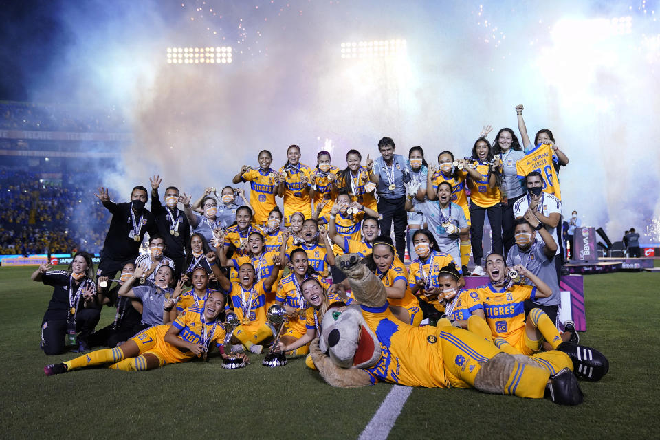 MONTERREY, MEXICO - MAY 31: Players of Tigres celebrate with the champion trophy after winning the Final second leg match between Tigres UANL and Chivas as part of the Torneo Guard1anes 2021 Liga MX Femenil at Universitario Stadium on May 31, 2021 in Monterrey, Mexico. (Photo by Jos Alvarez/Jam Media/Getty Images)