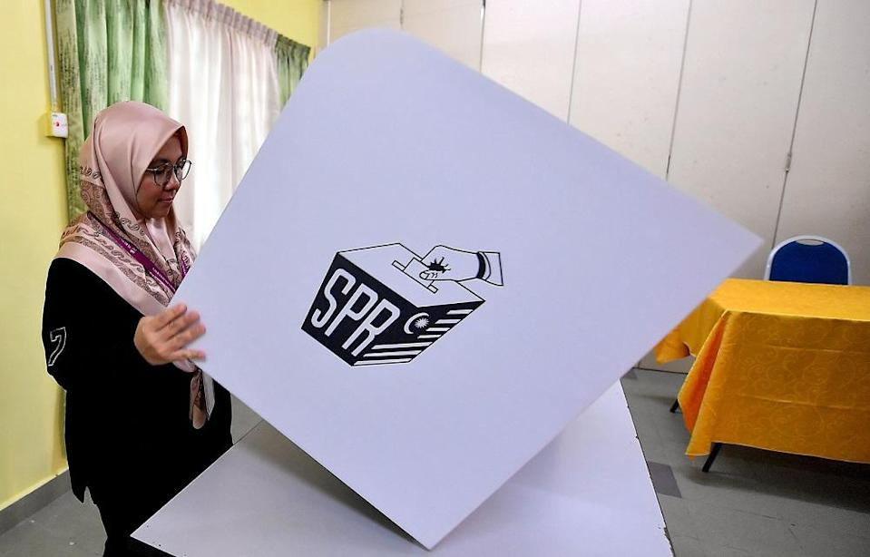 It is estimated that 15 to 20 per cent of Tanjung Piai's registered voters are working outstation, mainly in Singapore, with some in Kuala Lumpur and nearby Johor Baru. — Foto Bernama