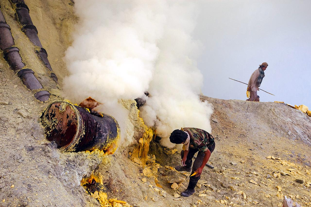 """<p>Jobs do not get too much more dangerous than pulling sulfur straight out of an active volcano. The workers risk their lives for just $5 a day.(Photo: <a rel=""""nofollow"""" href=""""https://www.troycehoffman.com/"""">Troyce Hoffman</a>/Caters News) </p>"""