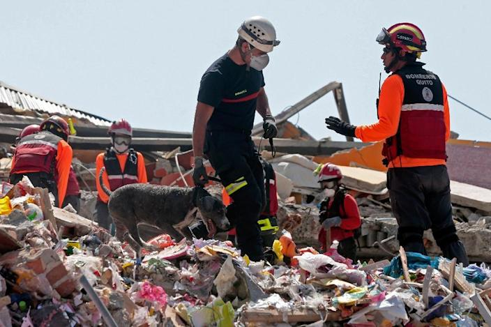 Rescuers search for victims in the rubble in Manta, Ecuador on April 20, 2016 (AFP Photo/Juan Cevallos)