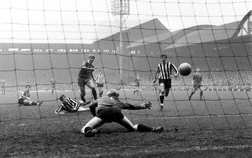 Former Football Player Roger Hunt Dies Aged 83 announced on September 28,2021. Football, 26th October 1968, Anfield, Liverpool, Liverpool v Newcastle United, Liverpool+s Roger Hunt scores past Newcastle United+s goalkeeper Willie McFaul - GETTY IMAGES