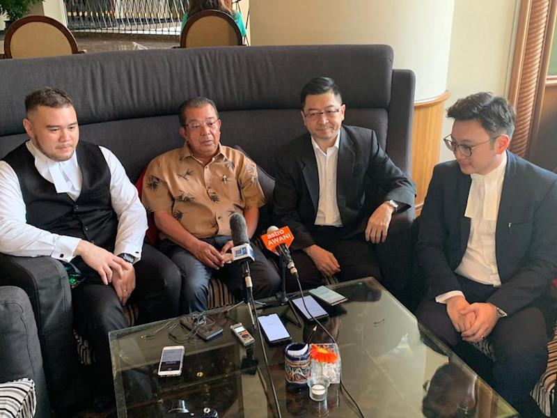 Datuk Karim Bujang (centre) with his lawyers Frederic Chang (2nd right), Syaiful Sufyyan Sidin (left) and Wilson Lai (right). — Picture by Julia Chan