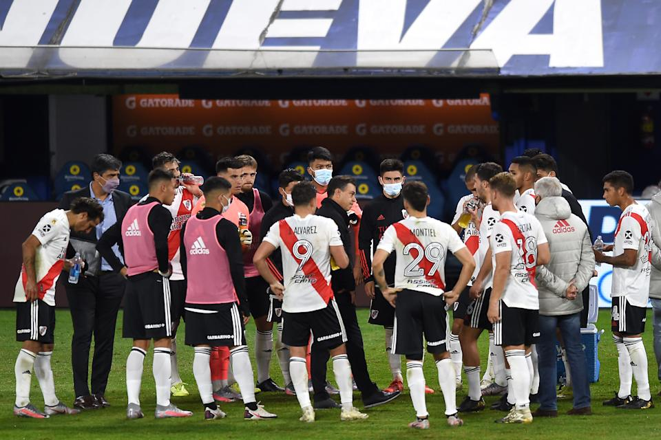 BUENOS AIRES, ARGENTINA - MAY 16: Marcelo Gallardo coach of River Plate talks with his players before a penalty shoot out as part of a quarter final match of Copa De La Liga Profesinal 2021 beteween Boca Juniors and River Plate at Estadio Alberto J. Armando on May 16, 2021 in Buenos Aires, Argentina. (Photo by Marcelo Endelli/Getty Images)