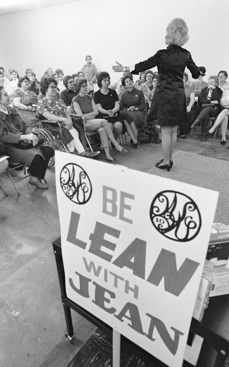 Jean Nidetch speaking at a Weight Watchers meeting in Louisville - Alamy