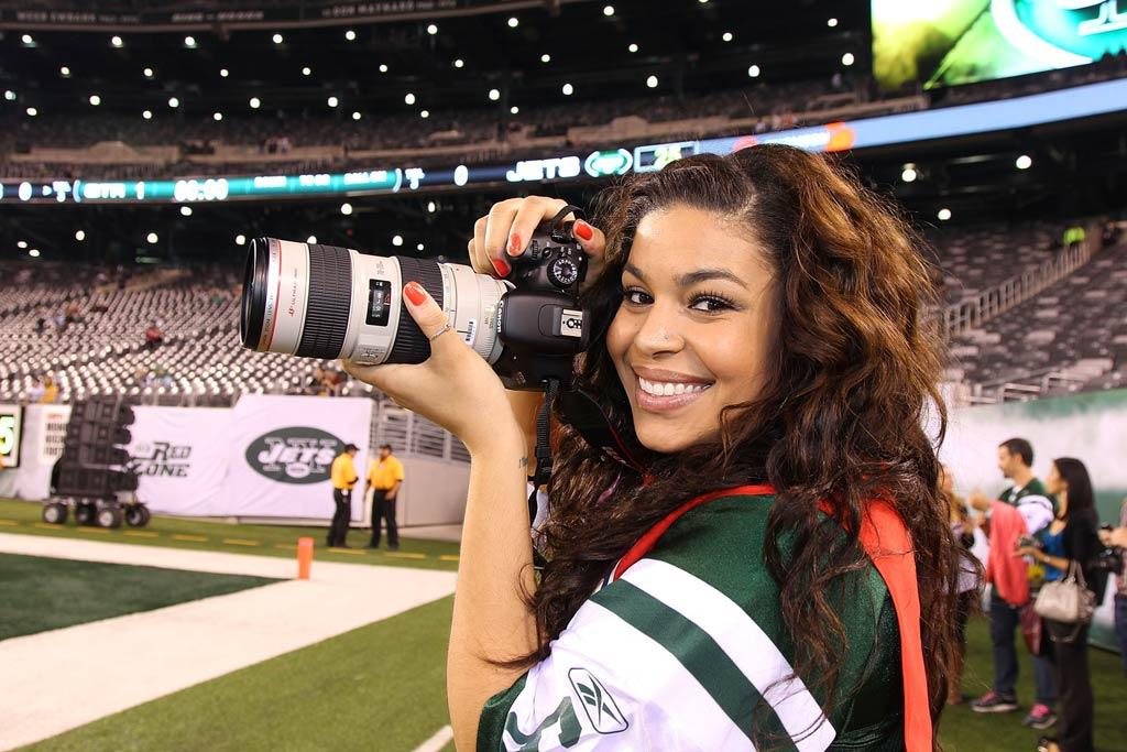"""Switching things up, """"American Idol"""" alum Jordin Sparks stepped behind the camera to shoot some sideline shots of the Minnesota Vikings vs. New York Jets game in New Jersey Monday night. Don't stress, she's not giving up her singing career; the gig was part of Canon's """"Shoot Like A Pro"""" campaign. Al Pereira/<a href=""""http://www.wireimage.com"""" target=""""new"""">WireImage.com</a> - October 11, 2010"""