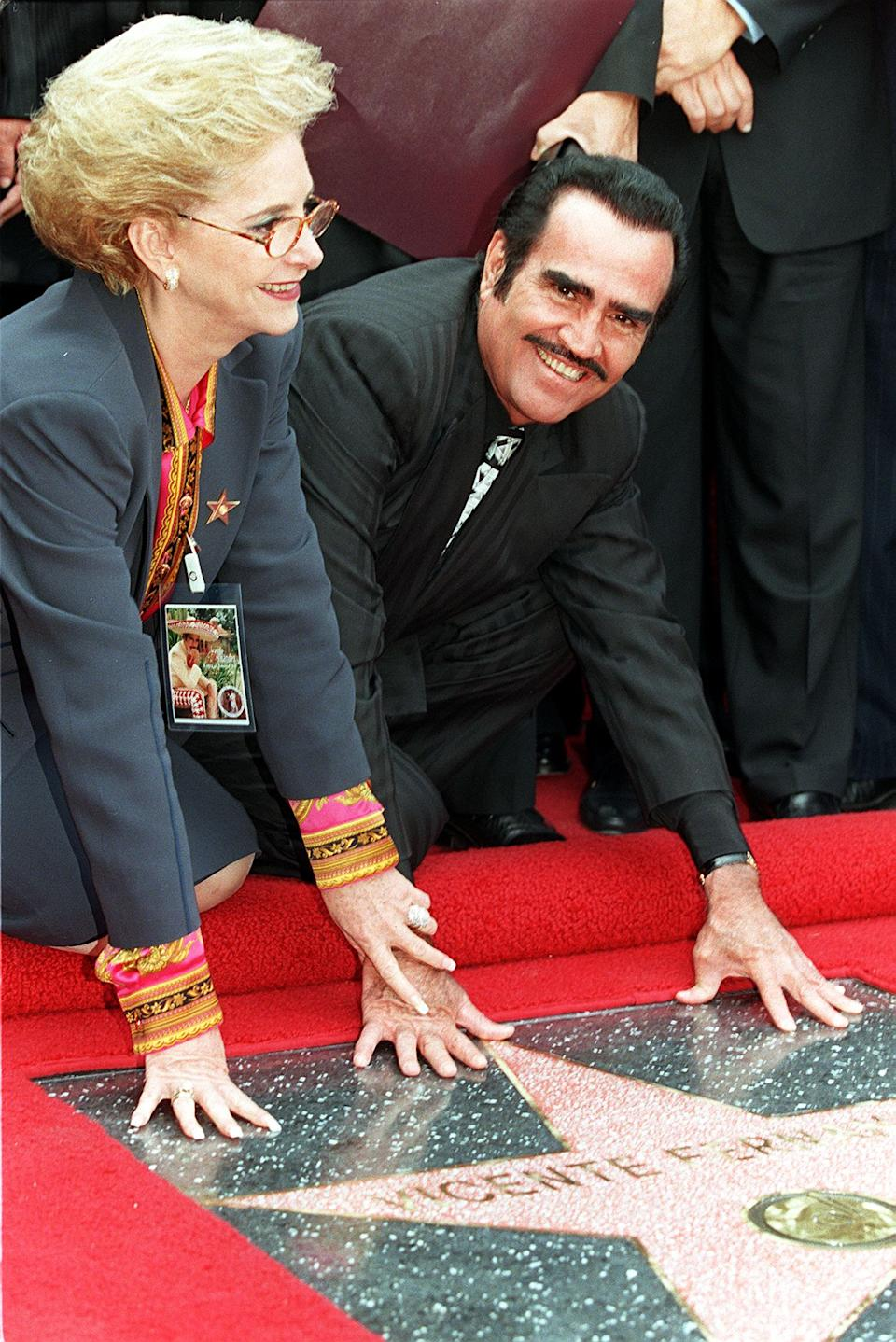 Vicente Fernández y su esposa cuando develaron su estrella en el Paseo de la Fama de Hollywood. (Photo credit should read HECTOR MATA/AFP via Getty Images)