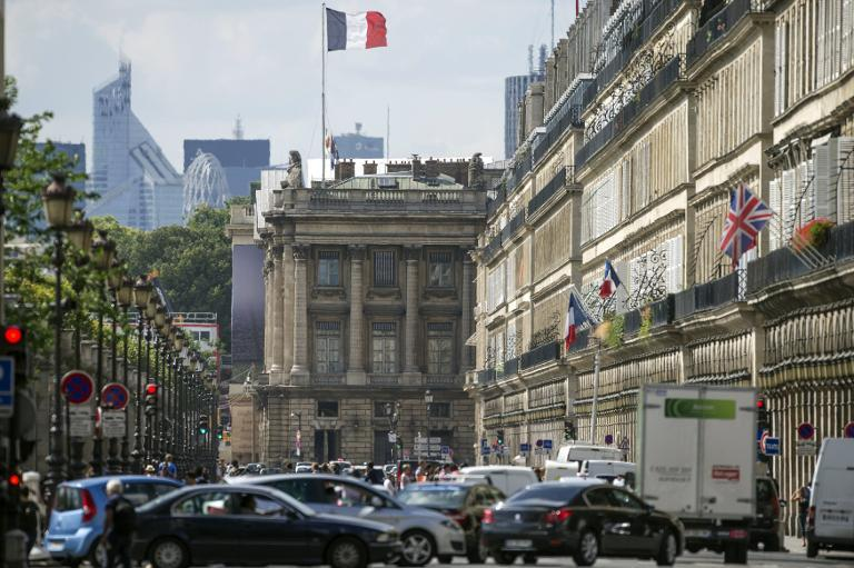Traffic clogs the rue de Rivoli in Paris on August 5, 2014. The mayor of Paris wants to ban polluting buses and trucks in the French capital from July