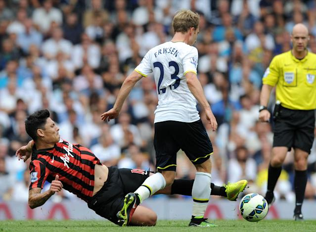 Tottenham Hotspur's midfielder Christian Eriksen vies with Queens Park Rangers' midfielder Alejandro Faurlin (L) on August 24, 2014 (AFP Photo/Olly Greenwood )