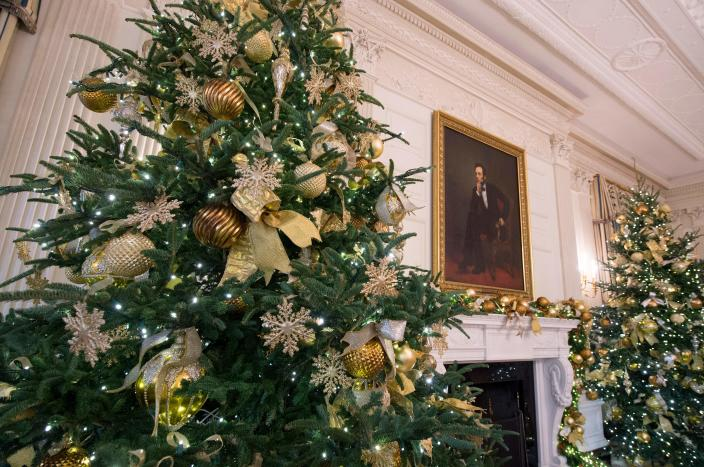 <p>Christmas decorations are seen in the State Dining Room during a preview of holiday decorations at the White House in Washington, DC, November 27, 2017. (Photo: Saul Loeb/AFP/Getty Images) </p>