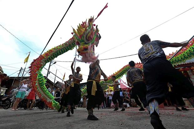 A dragon dance performance is held to celebrate the Jade Emperor's birthday at the Chew Jetty Temple in George Town February 23, 2018. ― Pictures by Sayuti Zanudin